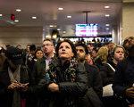 图:乘客于宾州车站大厅等候列车月台资讯。(Andrew Burton/Getty Images)