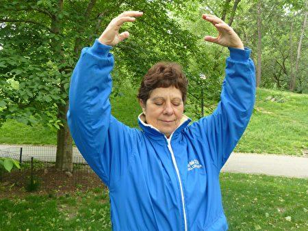 十六年来,Nadia每天在中央公园炼功。(Nadia提供)