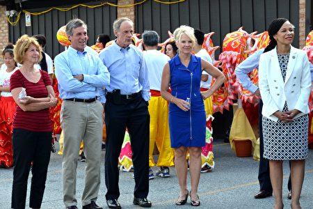 德拉华州州长John Carney(左二)、副州长Bethany Hall-Long(右二)、联邦参议员Tom Carper(中间)、联邦众议员Lisa Blunt Rochester(右一)、纽卡索郡议会议员Janet Kilpatrick(左一)在中国节开幕式上。(良克霖/大纪元)
