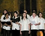 曾铮的女儿(前排左二)在学校的合唱团表演。(曾铮提供)