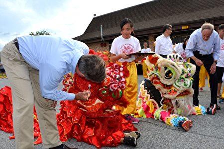 德拉华州州长John Carney(左一)、联邦参议员Tom Carper(右一)为舞狮开眼,宣布中国节的正式开幕。(良克霖/大纪元)