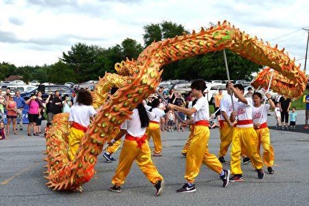 中國節開幕式上的舞龍表演。(良克霖/大紀元)