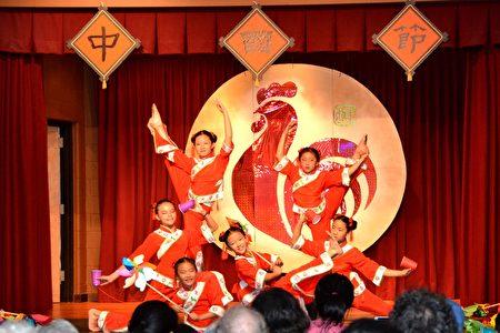 CACC民族舞蹈社在表演舞蹈《童年記憶》。(良克霖/大紀元)