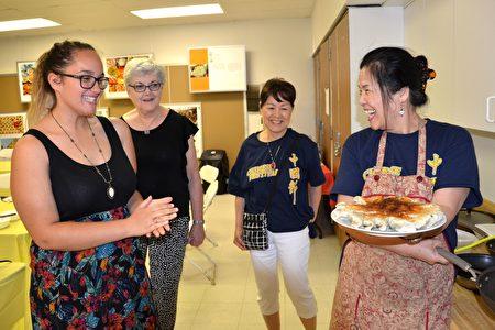 """张慧婵女士(右一)现场教授""""妈妈烹饪课""""。Bulla Smith(左一)和Carolina Roland(左二)表示,做锅贴饺子""""好像艺术一般精巧"""" 。(良克霖/大纪元)"""