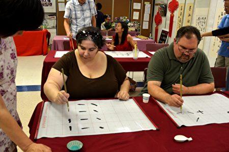 Dunlap夫妇已经连续6、7年参加中国节,他们对中国书法很有兴趣。(良克霖/大纪元)