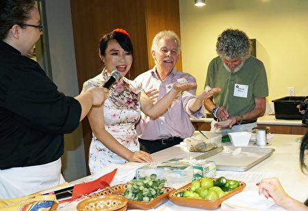 """6曰5日 """"费城五味""""创办人Alice 叶女士(左二)向现场观众介绍了中国饺子,有观众当场学包饺子(肖捷/大纪元)"""