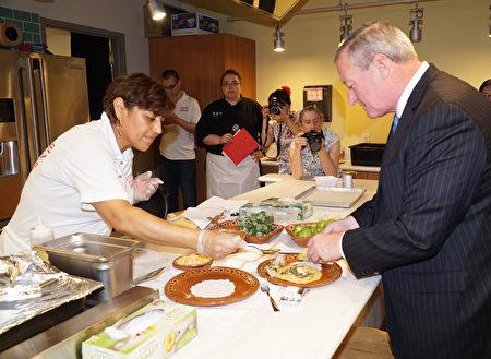 6曰5日肯尼市长肯尼(右)正在瑞丁农贸集市品尝墨西哥餐(肖捷/大纪元)