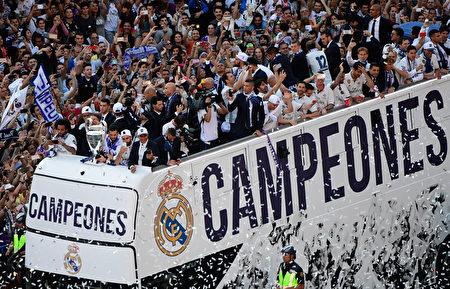 在马德里,为庆祝皇马成功卫冕本赛届欧冠冠军,举行了盛大的游行活动。 (PIERRE-PHILIPPE MARCOU/AFP/Getty Images)