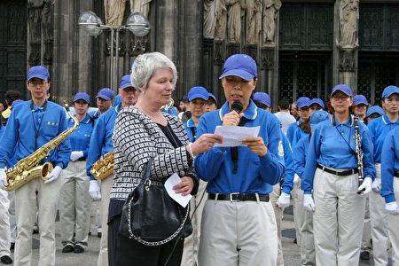 来自德国的法轮功学员刘巍讲述了她在中国的劳教所经历过的酷刑迫害。(曹工/大纪元)