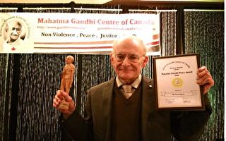 """著名人权律师大卫.麦塔斯(David Matas) ,近日获得加拿大甘地中心颁发的""""甘地和平奖""""。(Zheng Liu/EET)"""