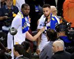 金州勇士两位当家球星库里(右)和杜兰特在接受媒体采访。 (Ronald Martinez/Getty Images)