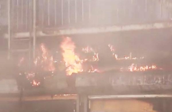 法拉盛商店大火。(新唐人电视台视频截图)