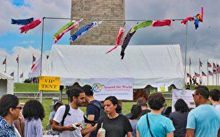 Kruba Restaurant展位上飄揚的彩色鯉魚旗。(周翰音/大紀元)
