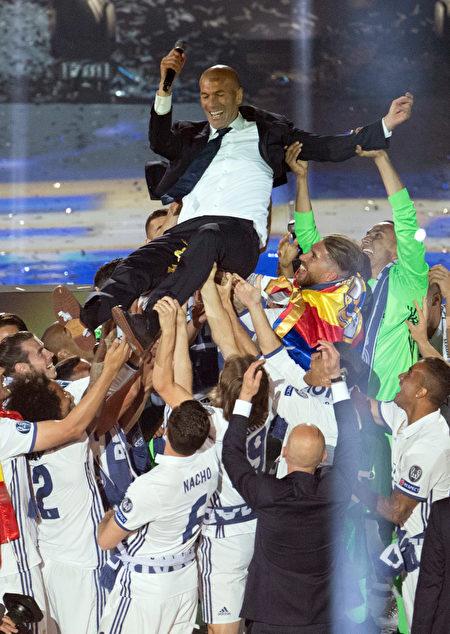 皇马球员庆祝卫冕欧冠冠军,将主帅齐达内高高抛起。(CURTO DE LA TORRE/AFP/Getty Images)