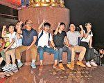 26名香港众志、人民力量和社民连等成员,前日爬上金紫荆广场雕塑后被捕,至昨晚仅有9人获释。他们质疑警方刻意阻止他们再有示威行动。(大纪元资料图片)