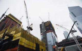 地产专家认为,纽约市要扩大容量,只有向空中、海上和地下发展。 (DON EMMERT/AFP/Getty Images)
