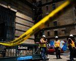 MTA表示,周一的出轨事件是因为轨道上堆有维修用的铁轨,并将两名负责维修工程的高管开除。 (Spencer Platt/Getty Images)