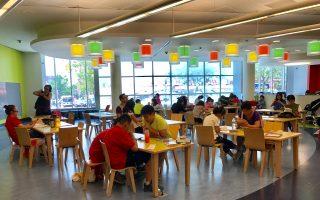 圖書館是孩子們暑假的好去處。圖為6月28日學期最後一天放學後,放假的學生們就來到了法拉盛圖書館兒童閱覽室看書。 (林丹/大紀元)