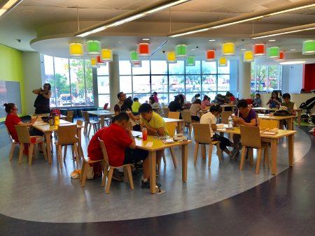 图书馆是孩子们暑假的好去处。图为6月28日学期最后一天放学后,放假的学生们就来到了法拉盛图书馆儿童阅览室看书。 (林丹/大纪元)