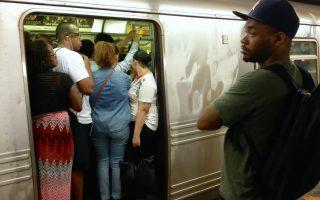 紐約地鐵普遍過度擁擠。 (奧利弗/大紀元)