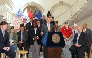 市長白思豪(中)和民代、退伍軍人一起宣布,三類退伍軍人的地稅退稅額將翻倍。 (鐘鳴/大紀元)