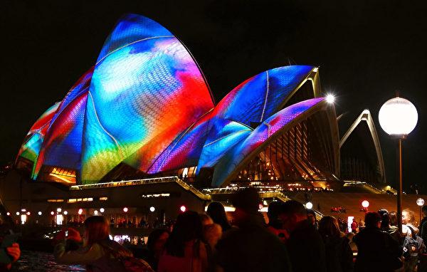 灯光节在地标性建筑悉尼歌剧院上投影的图案色彩缤纷。(安平雅/大纪元)