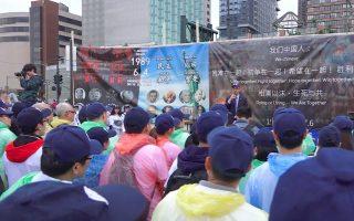 4日傍晚,從世界各地來到紐約的民運人士,齊聚在紐約中領館前,悼念「六四大屠殺」事件中的死難者。 (韓瑞/大紀元)