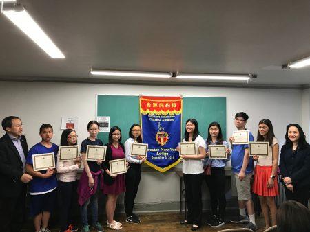 获奖的学生合影,右一为纽约华美同源会主席陈慧华,左一为第一副会长李立民。
