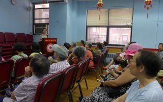 紐約長老會下城醫院風濕病科主治醫生袁維佳,13日在中華公所舉辦的「從文化視角看自身免疫風濕病的治療」講座。 (蔡溶/大紀元)