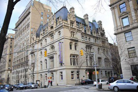 纽约的上东城聚集了高档私人住宅和会所,房屋外观非常有格调,即使信马由缰地漫步街头,都是一种享受。