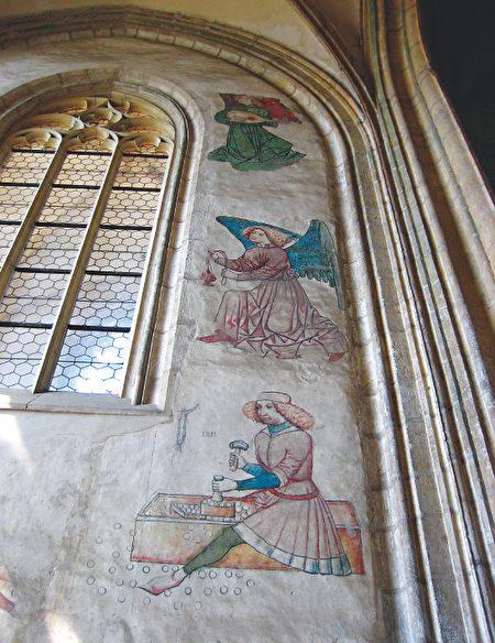 聖芭芭拉大教堂西側大門入口附近的牆面上繪有十四世紀鑄幣工匠的原蹟,是教堂壁畫中十分罕見的特例。(《捷克經典》/柿子文化)