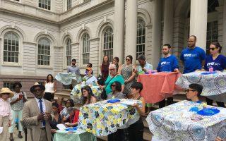紐約市消費者事務局(DCA)在市政府臺階前舉行集會,呼籲政府為家庭護理增加工資,以保證紐約有足夠的護理人員。護工組織「跨代關懷」、「手牽手」等到場支持。 (于佩/大紀元)