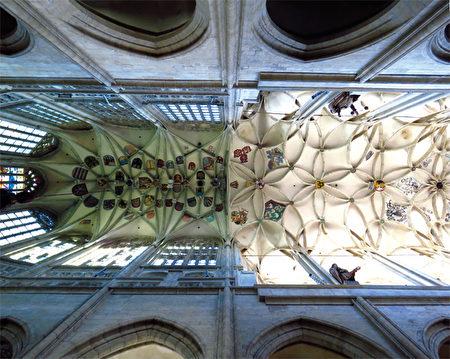 觀察聖芭芭拉大教堂天花板的肋拱,我們很容易就可以分辨兩位設計者風格的差異─照片左端由雷伊塞克所設計比較著重精緻風格,另一邊則由雷伊特建構出雄渾的架構。(《捷克經典》/柿子文化)