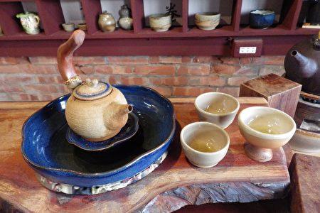 郭建佑用在地黏土創作的茶壺,造型獨特。(廖素貞/大紀元)