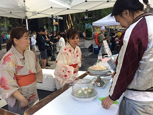 Kaori Ishibashi(右一)向客人介绍蛋糕。(李信/大纪元)
