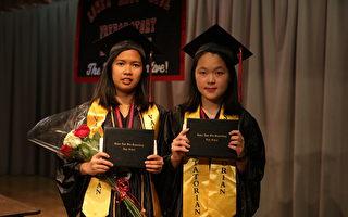年纪第一名周健祺(左)和第二名林雅玲在毕业典礼上发言(张学慧/大纪元)