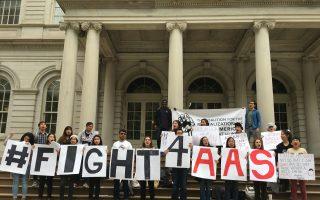 昨天(5月31日),紐約市立大學亨特學院(Hunter College)的數十名亞裔學生在市政廳台階前舉行集會,要求大學正式成立亞裔美国人研究科系。 (于佩/大紀元)
