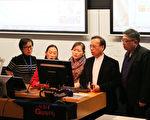 安紅(左一)和部份與會者在論壇上一起高歌六四紀念歌曲。(駱亞/大紀元)