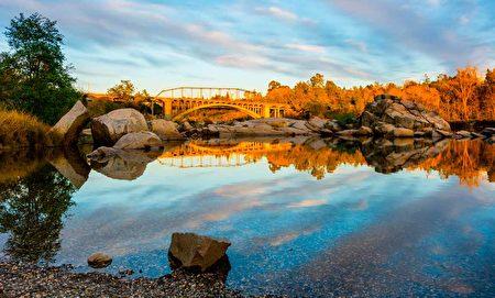 佛森(Folsom)一处老桥的湖光景色。(Shutterstock)
