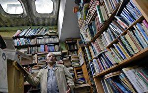哥国垃圾工花20年收旧书 设图书馆助穷人