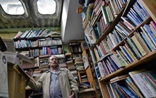 哥倫比亞垃圾清潔工古鐵雷斯(Jose Alberto Gutierrez)收集上萬冊別人丟棄的書本,將其整理後設立圖書館對外開放。(GUILLERMO LEGARIA/AFP/Getty Images)