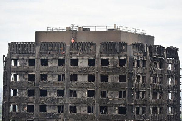 国警方周六(6月17日)表示,伦敦的格伦费尔大厦(Grenfell Tower)大火恐怕已经造成至少58人死亡。 (Photo credit should read CHRIS J RATCLIFFE/AFP/Getty Images)