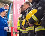 6月16日,英國女王到倫敦大火災民臨時安身的西維體育館探訪,與消防員交談。(DOMINIC LIPINSKI/AFP/Getty Images)
