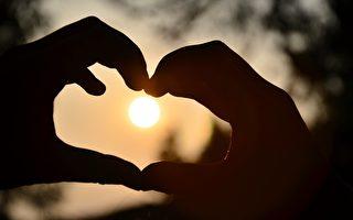 父亲对我们的爱,是不动声色的。而对母亲,更是情深意重,老酒般的越久越芬芳香醇。(Pixabay )