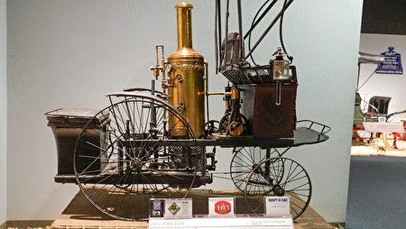 雷諾的「國家汽車博物館」中的藏車-1892年款用小型蒸汽機為動力的老爺車。(攝影:李旭生/大紀元)