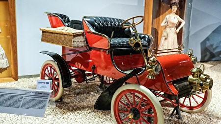雷諾的「國家汽車博物館」中的藏車-1903年款福特老爺車。(攝影:李旭生/大紀元)