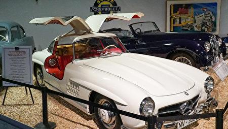 雷諾的「國家汽車博物館」中的藏車-1956年款鷗翼奔馳跑車。(攝影:李旭生/大紀元)