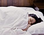 中醫建議應遵循睡眠時間。長時間晚睡會給身體帶來什麼傷害?(Shutterstock)