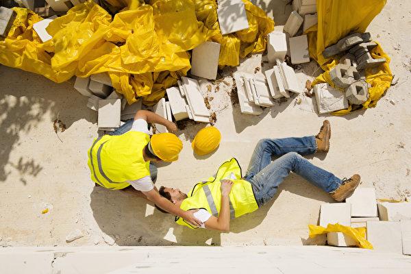 工伤事件发生后,理想的情况下,医药费由雇主的工伤保险赔付,拿到赔偿之后,工人不得对雇主提起诉讼。但事实上,工伤案件经常陷入纠纷,比如是否因第三方原因导致工人受伤,而不应由保险来赔偿等等。但是不管造成工伤原因为何,伤者的医药费都要有人赔付,因此雇用一个经验丰富的意外伤害律师是非常重要的。(Shutterstock)