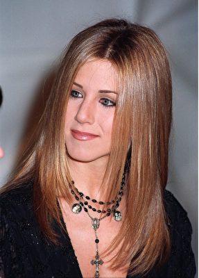 詹尼佛·安妮斯顿在《老友记》中直顺的长发,也助推了拉直的潮流。(Featureflash Photo Agency/Shutterstock)